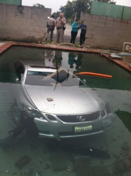 Lexus GS430 in piscina