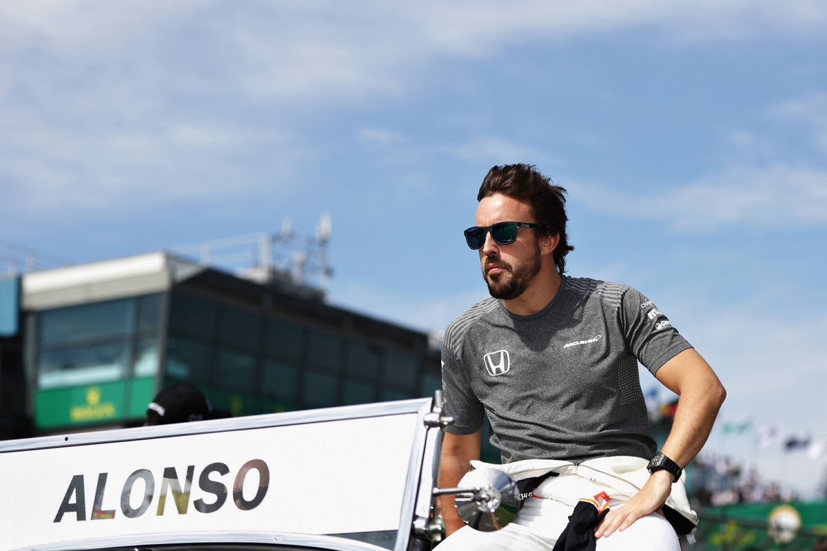 MELBOURNE, AUSTRALIA - MARCH 26: Fernando Alonso of Spain and McLaren Honda on the drivers parade before the Australian Formula One Grand Prix at Albert Park on March 26, 2017 in Melbourne, Australia.  (Photo by Robert Cianflone/Getty Images)