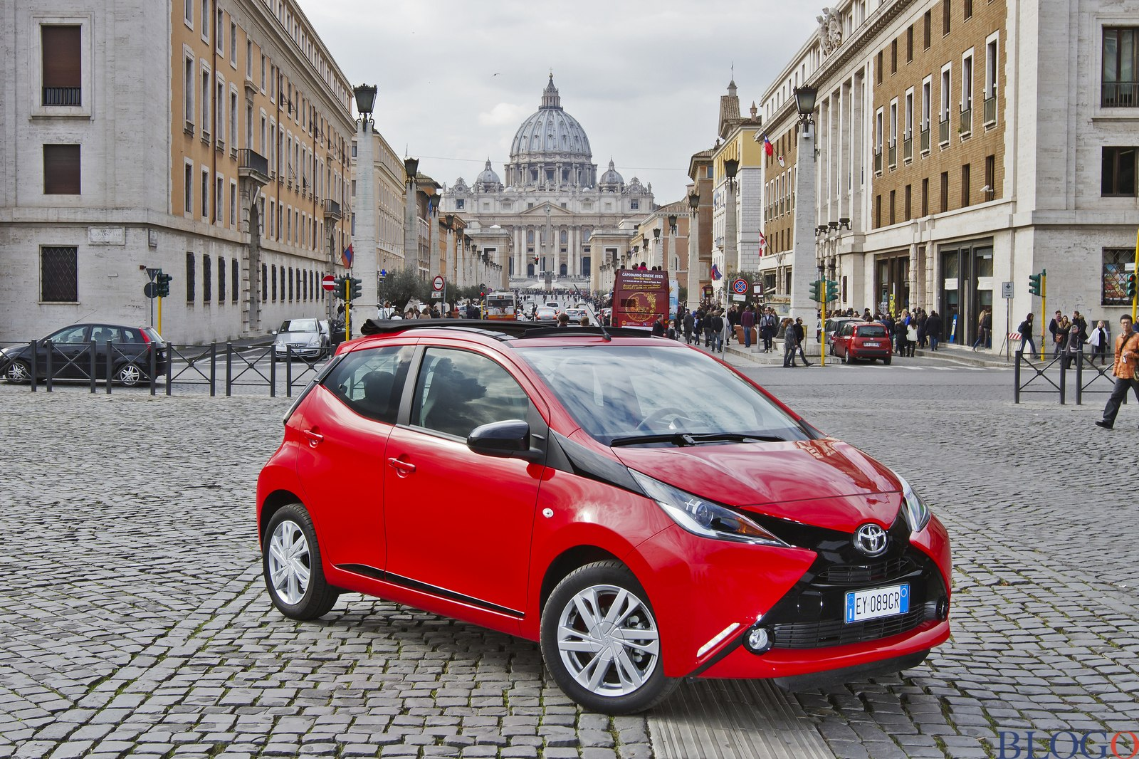 toyota aygo x wave video prova su strada. Black Bedroom Furniture Sets. Home Design Ideas