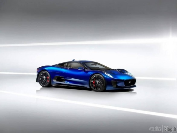 La Jaguar C-X75 in blu
