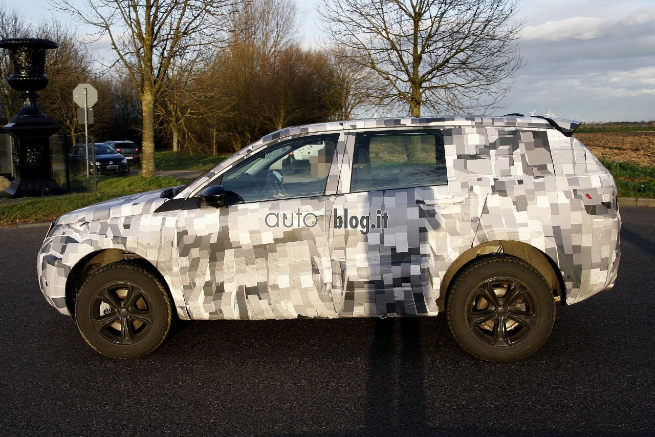 2014 - [Land Rover] Discovery Sport [L550] - Page 2 Spyshots-2015-land-rover-l550-04