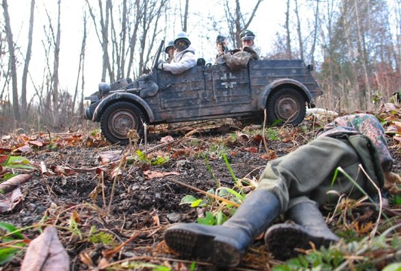 Marwencol_While-driving-around-Belgium-looking-for-Marwencol-the-SS-find-the-corpse-of-one-of-their-own.-They-must-be-getting-close-to-Marwencol©Mark-Hogancamp