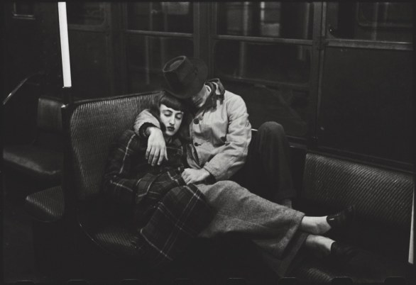Stanley Kubrick - New York Subway – Young lovers, 1947 Courtesy Museum of the City of New York, Geschenk von Cowles Communications, Inc. © SK Film Archives, LLC