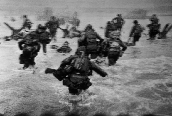 Sbarco delle truppe americane a Omaha Beach, Normandia, Francia, 6 giugno 1944, Robert Capa © Center International of Photography/Magnum Photos/ Contrasto