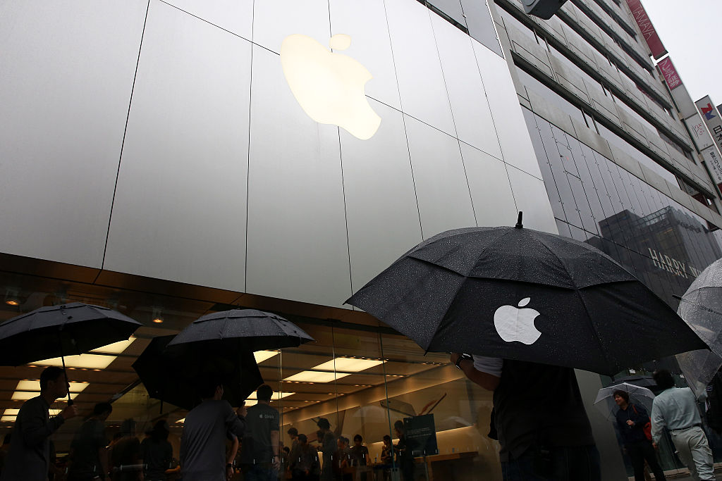 TOKYO, JAPAN - SEPTEMBER 25:  Customers queue to purchase new iPhone 6s and 6s Plus in front of  Apple Ginza store on September 25, 2015 in Tokyo, Japan. Apple is launching iPhone 6s and 6s Plus in 12 regions including Australia, Canada, China, France, Germany, Hong Kong, Japan, New Zealand, Puerto Rico, Singapore, the U.K., and the U.S.  (Photo by Ken Ishii/Getty Images)