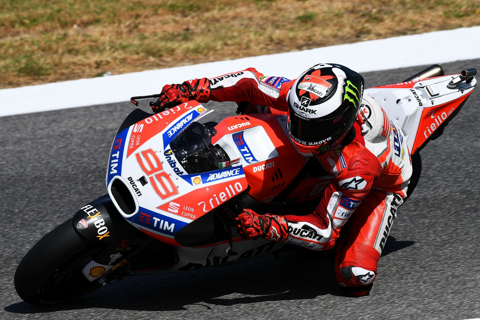 Ducati's rider Jorge Lorenzo competes during the Moto GP free practice session of the Italian Grand Prix at the Mugello track on June 2, 2017. / AFP PHOTO / Vincenzo PINTO        (Photo credit should read VINCENZO PINTO/AFP/Getty Images)