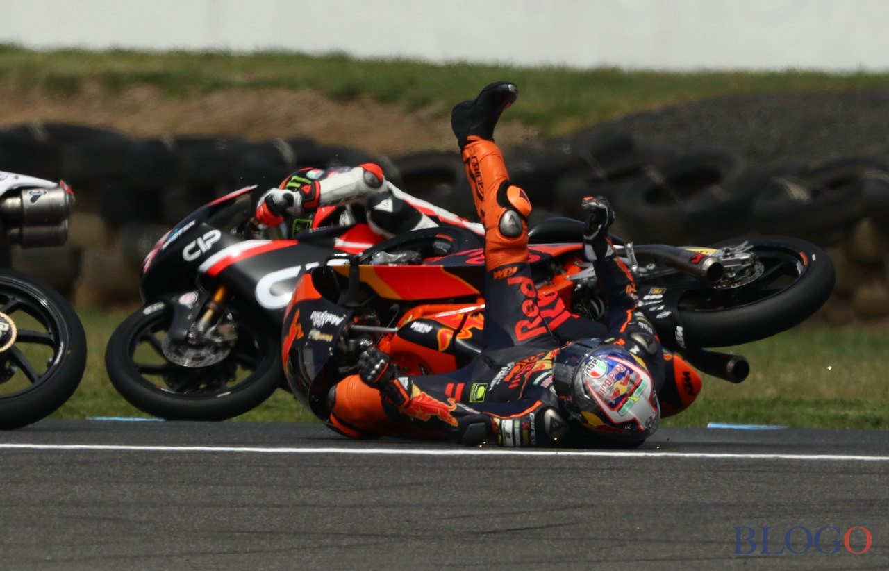 PHILLIP ISLAND, AUSTRALIA - OCTOBER 22:  Niccolo Antonelli of Italy and rider of the #23 Red Bull KTM Ajo KTM crashes during the Moto3 race at the 2017 MotoGP of Australia at Phillip Island Grand Prix Circuit on October 22, 2017 in Phillip Island, Australia.  (Photo by Robert Cianflone/Getty Images)