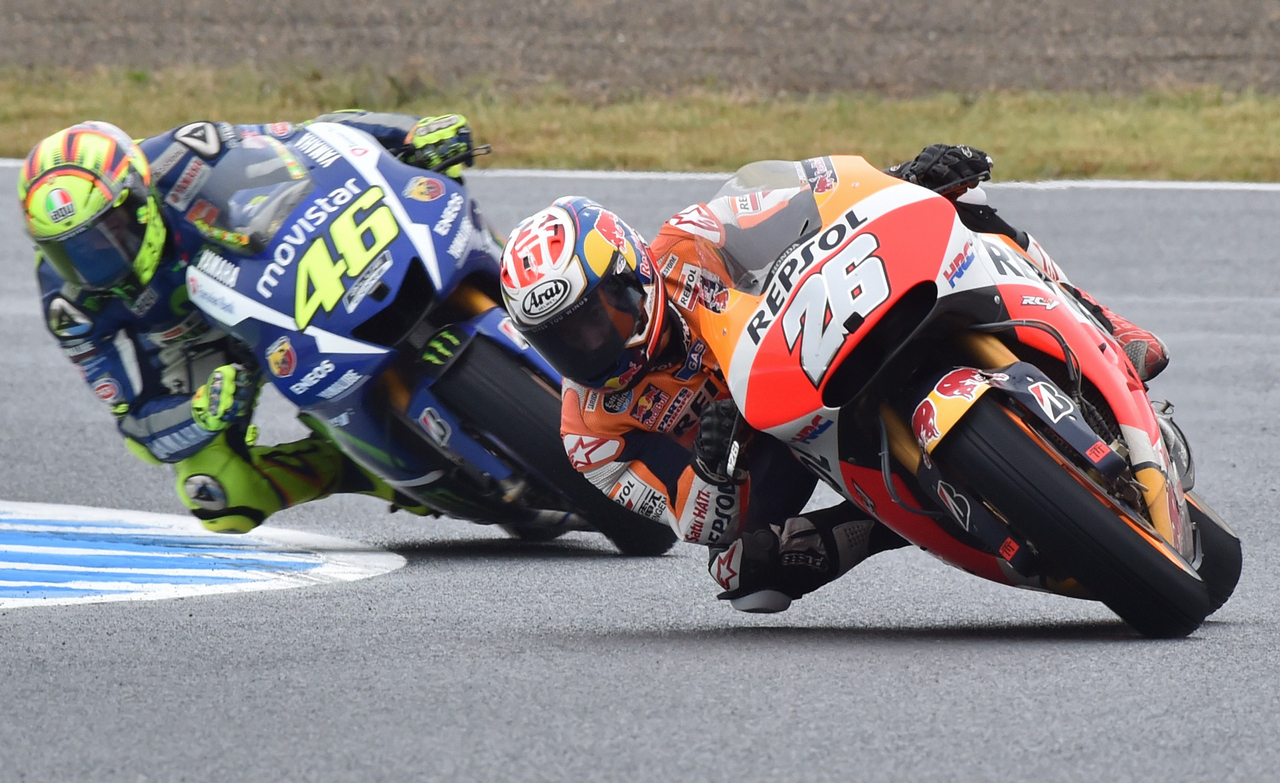 Repsol Honda Team rider Dani Pedrosa of Spain (R) leads Movistar Yamaha MotoGP rider Valentino Rossi of Italy (L) during the MotoGP Japanese Grand Prix in Motegi, Tochigi prefecture on October 11, 2015.     AFP PHOTO / KAZUHIRO NOGI        (Photo credit should read KAZUHIRO NOGI/AFP/Getty Images)