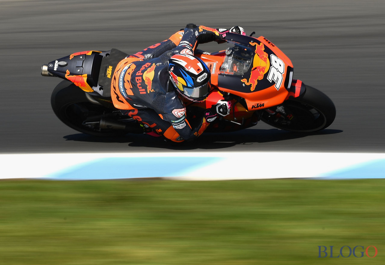 PHILLIP ISLAND, AUSTRALIA - OCTOBER 20: Bradley Smith of Great Britain rides the #38 RED BULL KTM FACTORY RACING KTM  during free practice for the 2017 MotoGP of Australia at Phillip Island Grand Prix Circuit on October 20, 2017 in Phillip Island, Australia.  (Photo by Quinn Rooney/Getty Images)