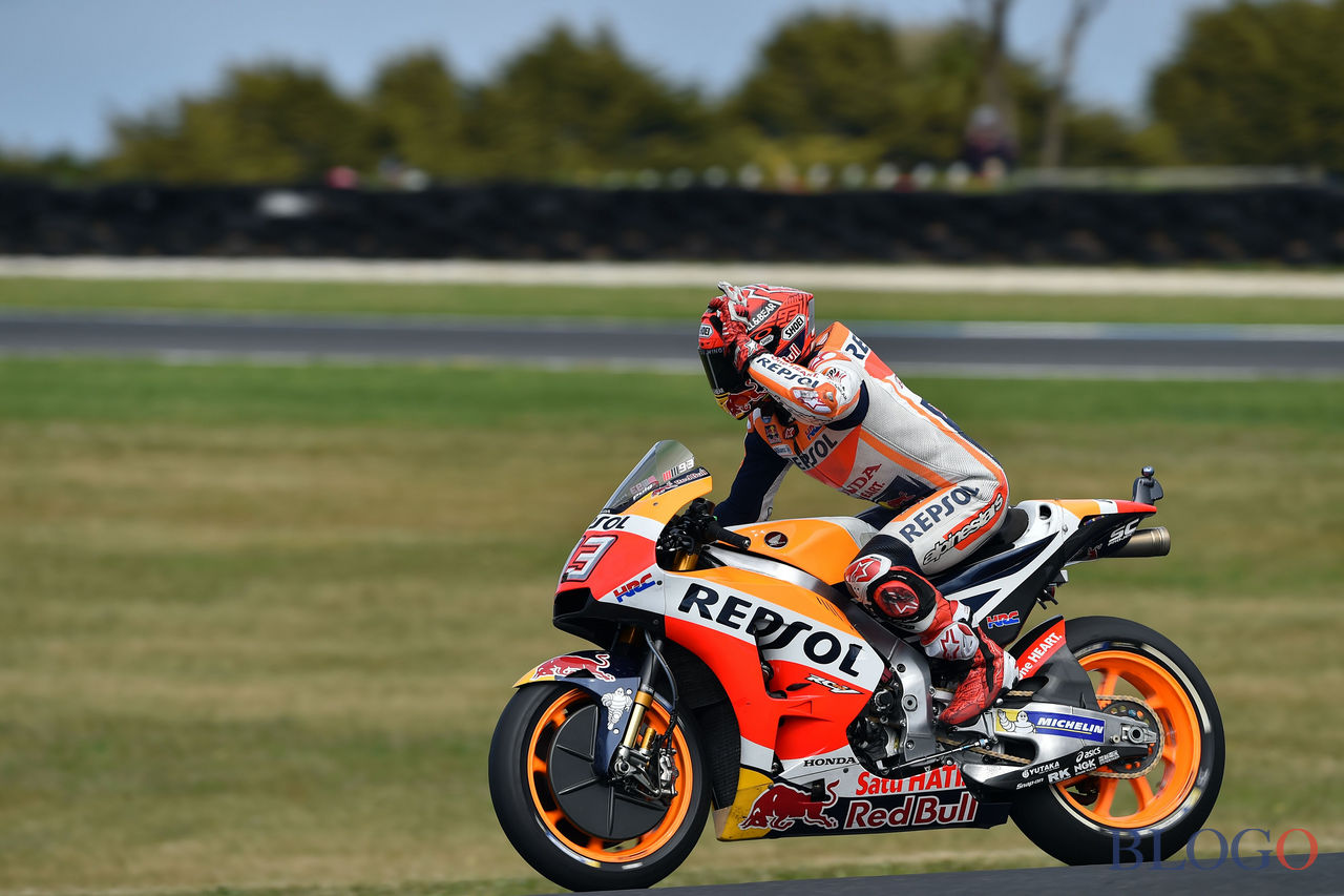 Honda rider Marc Marquez of Spain celebrates his pole position during the qualifying session of the Australian MotoGP Grand Prix at Phillip Island on October 21, 2017. / AFP PHOTO / PAUL CROCK / -- IMAGE RESTRICTED TO EDITORIAL USE - STRICTLY NO COMMERCIAL USE --        (Photo credit should read PAUL CROCK/AFP/Getty Images)