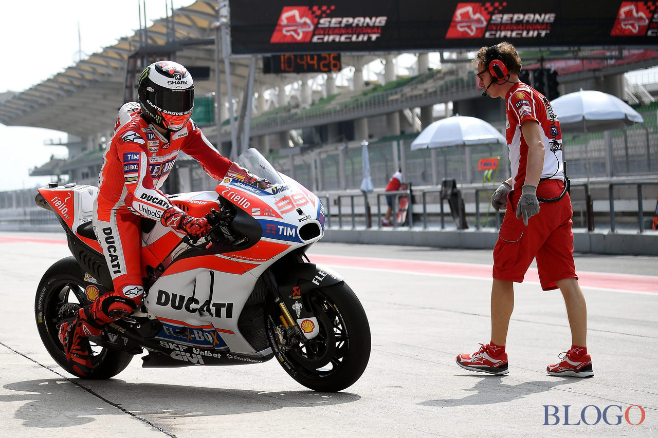 Ducati Team's new signing Spanish rider Jorge Lorenzo rides out of pit lane during the first day of 2017 MotoGP pre-season test at the Sepang International Circuit on January 30, 2017. / AFP / MANAN VATSYAYANA        (Photo credit should read MANAN VATSYAYANA/AFP/Getty Images)