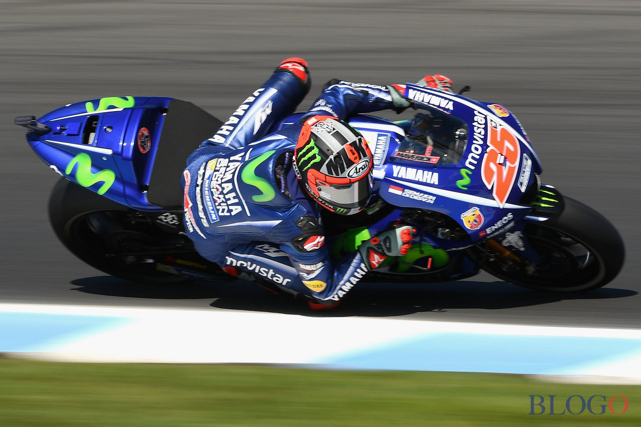 PHILLIP ISLAND, AUSTRALIA - OCTOBER 20: Maverick Vinales of Spain rides the #25 MOVISTAR YAMAHA MotoGP Yamaha during free practice for the 2017 MotoGP of Australia at Phillip Island Grand Prix Circuit on October 20, 2017 in Phillip Island, Australia.  (Photo by Quinn Rooney/Getty Images)