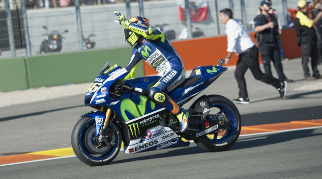 VALENCIA, SPAIN - NOVEMBER 08: Valentino Rossi of Italy and Movistar Yamaha MotoGP greets the fans at the end of the MotoGP race during the MotoGP of Valencia - Race at Ricardo Tormo Circuit on November 8, 2015 in Valencia, Spain. (Photo by Mirco Lazzari gp/Getty Images)
