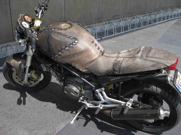 Ducati Monster customizzatata con pelle
