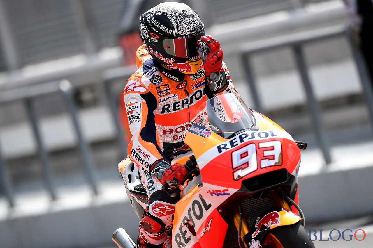 Repsol Honda Team's Spanish rider Marc Marquez rides out of pit lane during the first day of 2017 MotoGP pre-season test at the Sepang International Circuit on January 30, 2017. / AFP / MANAN VATSYAYANA        (Photo credit should read MANAN VATSYAYANA/AFP/Getty Images)